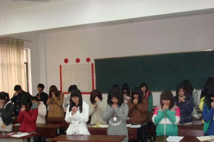 """全体学生为老师献上""""感恩的心""""图片"""